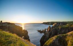 Dramatiska soluppgångklippor på kabel John Cove Newfoundland Gryning över Atlantic Ocean royaltyfri foto