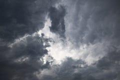 Dramatiska stormmoln i himlen royaltyfria foton