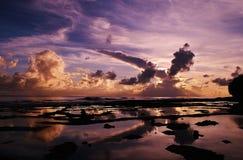 Dramatiska Violet Sunset över havet Arkivfoto