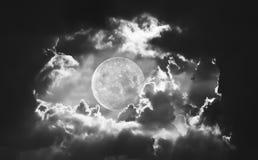Dramatiskt av natthimmel och moln med fullmånen Royaltyfri Fotografi