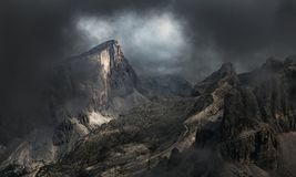 Dramatiskt berglandskap i dimma och mist - Dolomiteberg royaltyfri fotografi