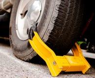 Dramatiskt bilgummihjul med den gula kängan royaltyfri bild