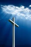 Dramatiskt djupblått Jesus ljust skina ner på kors Royaltyfria Bilder