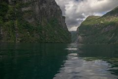 Dramatiskt fjordlandskap i Norge Arkivfoto
