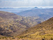Dramatiskt härligt berglandskap med terrassed fält och enkla hus under våren, Lesotho, sydliga Afrika Royaltyfria Foton