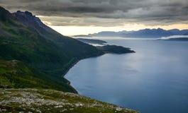 Dramatiskt landskap av bergen och havet med den molniga himlen i Troms, nordliga Norge, Skandinavien, Europa Arkivbild