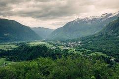 Dramatiskt landskap av den Bovec staden i den Soca dalen, Slovenien, Europa arkivbilder