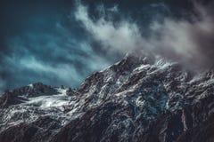 Dramatiskt landskap av ojämna berg arkivfoto
