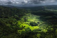 Dramatiskt lynnigt landskap på den Kauai ön Royaltyfria Bilder