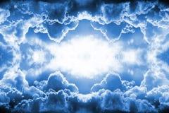 Dramatiskt mörker - blåttmolngräns royaltyfri illustrationer