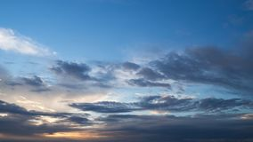 Dramatiskt mörker - grå färger för blå himmel fördunklar på solnedgången kommande storm Mening som hopp är borta arkivfoto