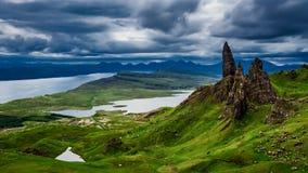 Dramatiskt moln över gamal manstorrberget i Skottland stock video
