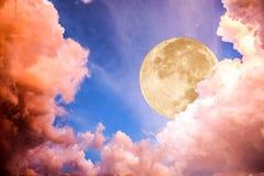 Dramatiskt moln med måneljus på himmel royaltyfri fotografi