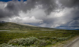 Dramatiskt norskt landskap i kall sommar Arkivfoto