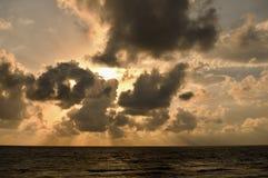 dramatiskt over hav för cloudscape Arkivbilder