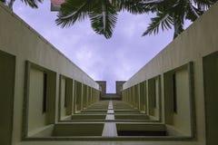 Dramatiskt perspektiv av hyreshus Royaltyfri Fotografi