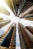 Dramatiskt perspektiv med sikt f?r l?g vinkel av skyskrapor som upp till ser himlen, Dubai royaltyfri foto