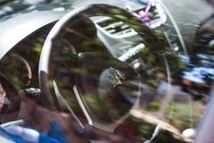 Dramatiskt skott av interiour för Suzuki Swift ` s och styrninghjulet Arkivbild