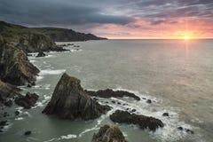 Dramatiskt stormigt soluppgånglandskap över tjurpunkt i Devon Engla royaltyfria foton