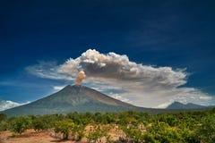 Dramatiskt utbrott för monteringsAgung vulkan över mörkt - blå himmel fotografering för bildbyråer