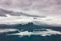 Dramatiskt väder över isländska fördärvar på skymning Arkivfoto