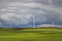 Dramatyczna burza nad silnikami wiatrowymi w zieleni polach - Caledon, Zachodni przylądek, Południowa Afryka obrazy royalty free