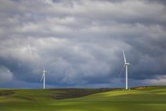 Dramatyczna burza nad silnikami wiatrowymi w zieleni polach - Caledon, Zachodni przylądek, Południowa Afryka obraz stock