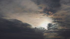 Dramatyczna chmur szybko komarnica w niebie Głębia atmosfera zdjęcie wideo