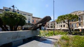 Dramatyczna kamienna rzeźba głowa i prędkość dedykujący wysocy prędkość lotnicy przy Desenzano Del Garda obraz stock