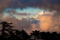Dramatyczna krajobrazowa Kangchenjunga góra z kolorowym od słońca Obraz Royalty Free