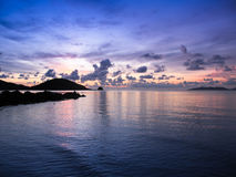 Dramatyczna niebo plaża przy zmierzchem fotografia stock