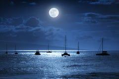 Dramatyczna Nighttime oceanu scena Z Piękną Pełną Błękitną księżyc w Lahaina na wyspie Maui, Hawaje Fotografia Stock