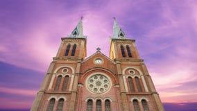 Dramatyczna Notre Damae katedra nad zmierzchu niebem przy Ho Chi Minh miastem Obrazy Stock