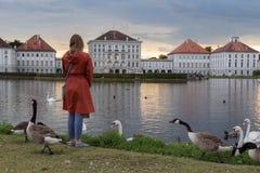 Dramatyczna poczta burzy zmierzchu sceneria Nymphenburg pałac w Monachium Niemcy Zdjęcie Royalty Free