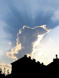 Dramatyczna scena z miastem i chmurnym niebem Obraz Stock