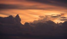 Dramatyczna ulewa i złote chmury zdjęcie stock