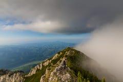 Dramatyczna wysokogórska sceneria w lecie w Transylvanian Alps z chmurami i mgłą, obraz royalty free