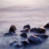 Dramatyczna wyspa w zmierzchu, kamieniach w morzu/ Fotografia Royalty Free