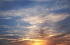 Dramatyczna zmierzchu i wschodu słońca nieba pomarańcze chmura Piękno światu natura Obrazy Royalty Free