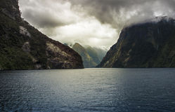 Dramatyczne burz chmury nad górą w Wątpliwym dźwięku Zdjęcie Stock
