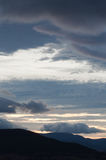 Dramatyczne chmury i niebo podczas zmierzchu lub wschodu słońca Obraz Royalty Free