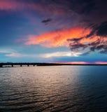 Dramatyczne chmury nad ciemną rzeką obraz stock