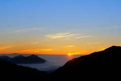 Dramatyczne chmury stacza się nad górami przy wschodu słońca shan/radości górą Zdjęcia Royalty Free