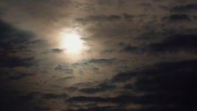 Dramatyczne chmury szybko latają w niebie i słońcu za chmurami zbiory wideo