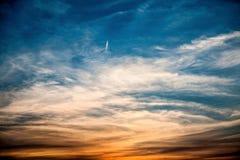 Dramatyczne chmury z małym samolotem Zdjęcia Royalty Free