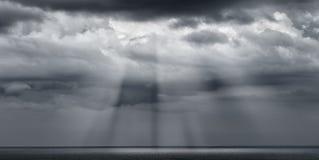 Dramatyczne chmury z sunstreaks Obraz Royalty Free