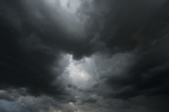 Dramatyczne czarne chmury lub ciemna burzy chmura obraz stock
