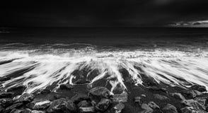 Dramatyczne ocean fala Rozbija na Skalistej plaży obraz royalty free