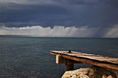 Dramatyczne popielate i białe burz chmury nad morze zdjęcie stock