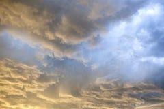 Dramatyczne Złote godziny burzy chmury Obraz Stock